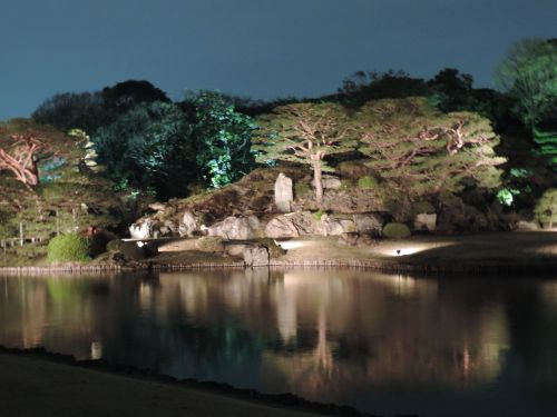 Besides the weeping cherry trees, Rikugien featured a pond with manicured islands.