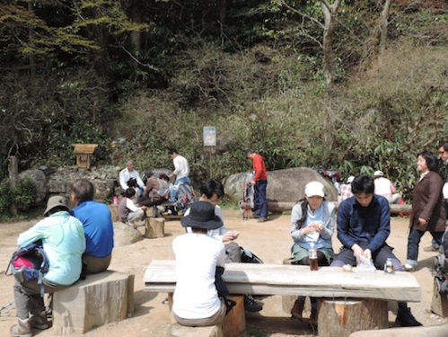 A picnic spot about 2/3 of the way to the summit on the Shirakumobashi course.